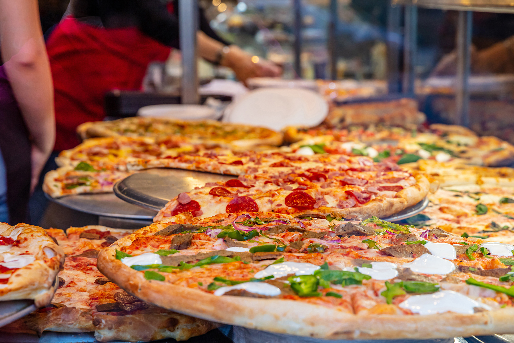 Pizza-being-served-on-platters-in-Pizza-shop